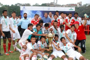 Pune FC players celebrate with the trophy.